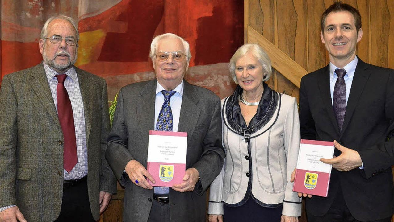 Freuen sich  über die Erscheinung des ...a Richter und Bürgermeister Jörg Lutz     Foto: Martina Weber-Kroker