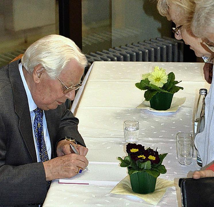 Das Interesse an Richters neuem Buch w...r im Anschluss viele Bücher signierte.    Foto: Weber-Kroker