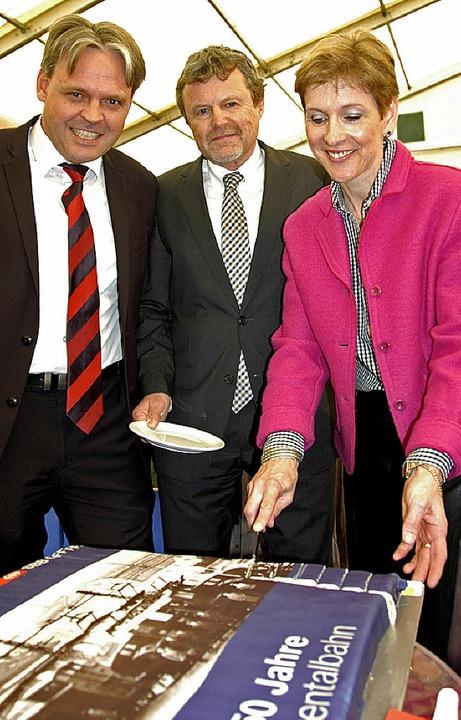 Landrätin Marion Dammann, Thomas Neff ...e) und  Michel Berthold (beide  SBB).     Foto: Trenz