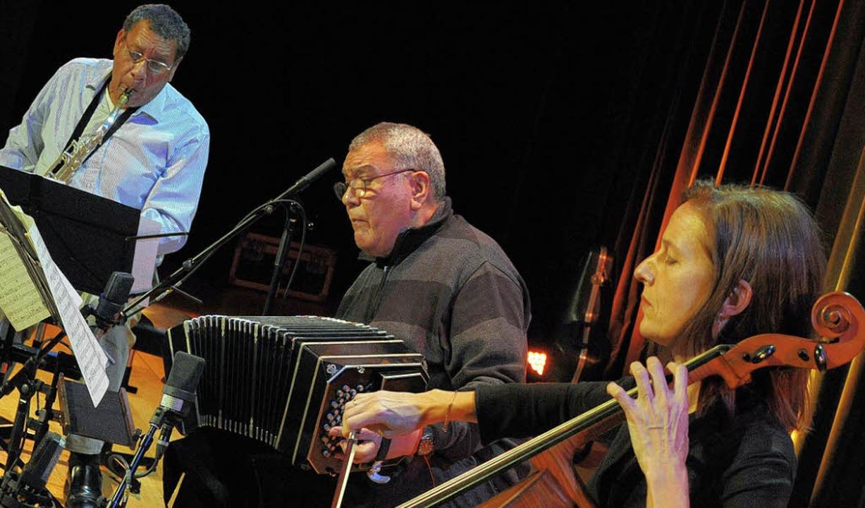 Dino und Felix Saluzzi (Mitte) mit Anja Lechner   | Foto: Bernhard Ley