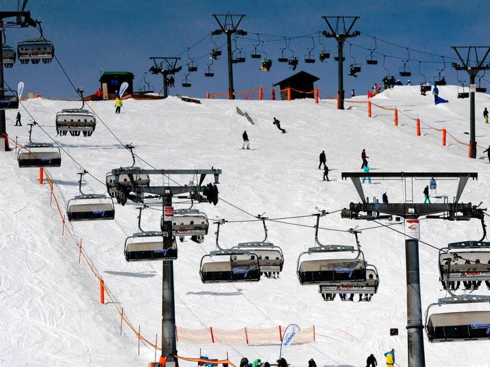 Mit einer halben Million Skifahrern re...hsten Berg im Land lange Zeit Schnee.     Foto: dpa