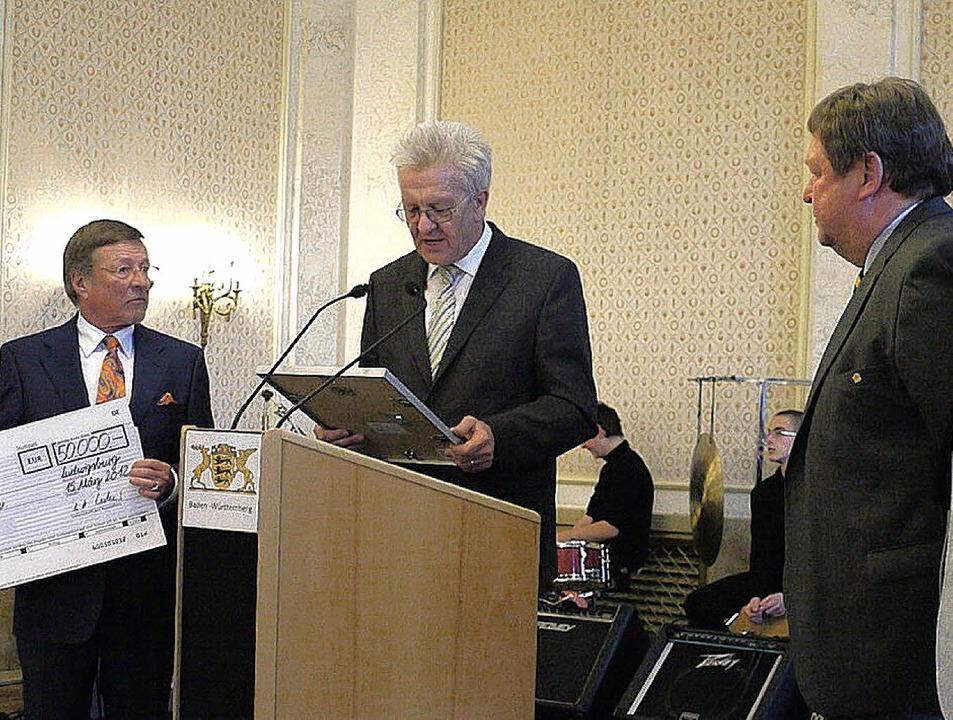 Ministerpräsident Winfried Kretschmann...germeister Richard Leibinger (rechts).  | Foto: Eberhard Weiß