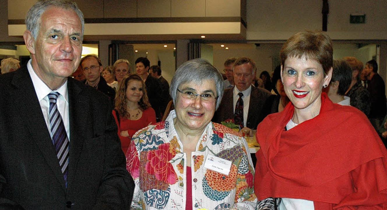 Justizminister Rainer Stickelberger un...ta Vincent für ihr großes Engagement.   | Foto: Britta Wieschenkämper