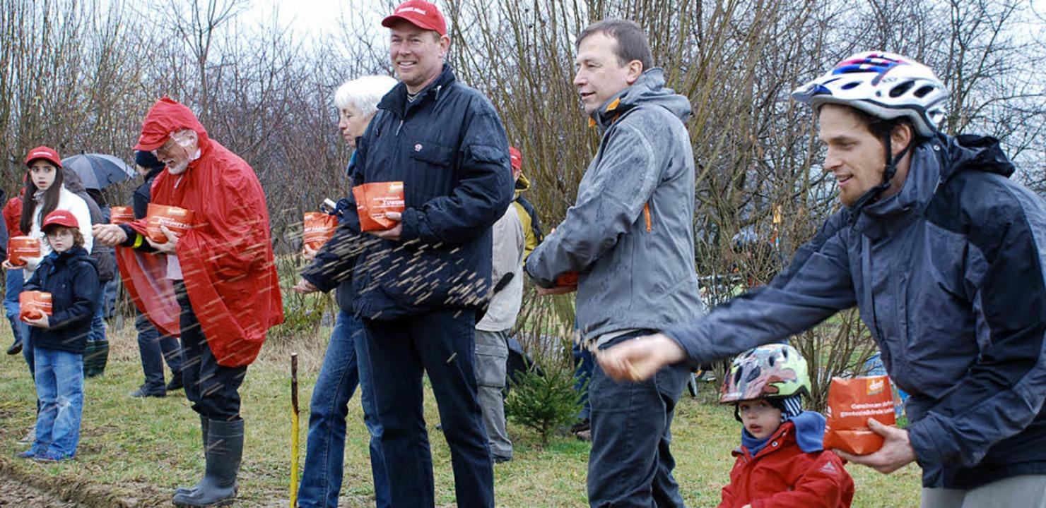 Grünen-Landtagsabgeordneter Thomas Mar...er und Vierter von rechts) säten mit.   | Foto: Gertrude Siefke