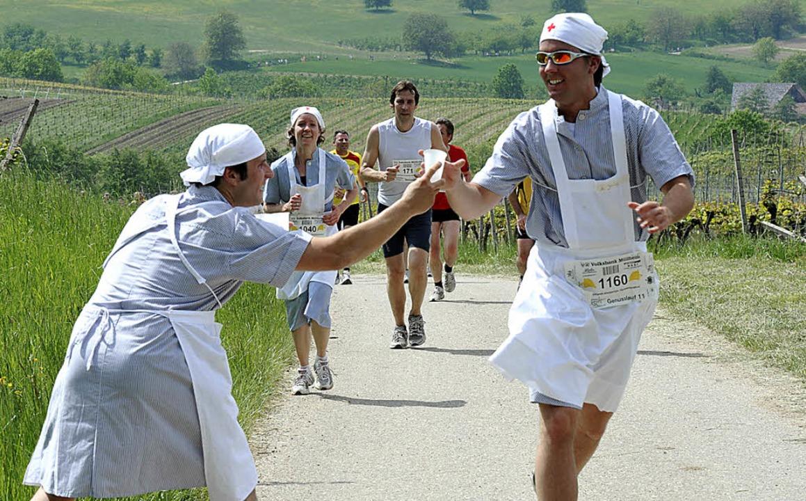 Krankenschwestern beim Genusslauf &#82...sind echte und verkleidete unterwegs.   | Foto: Volker Münch