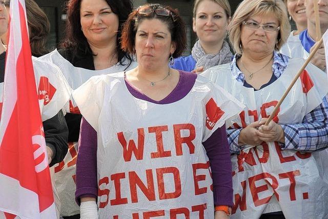 Mitarbeiter protestieren für mehr Lohn