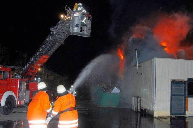 Feuer zerstört Fabrikhalle - 350.000 Euro Schaden