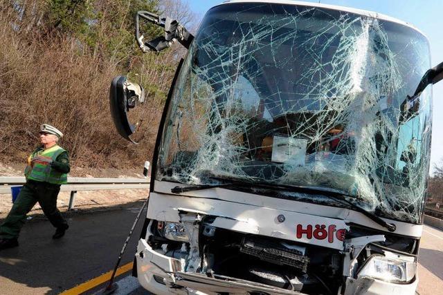 19 Verletzte bei Reisebusunfall auf A8