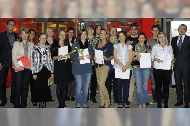 13 Pflegeschüler freuen sich über bestandene Prüfung