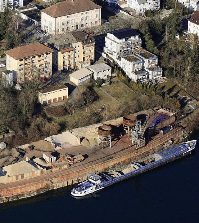 Für lange Schiffe ist die Kaimauer im Rheinhafen zu kurz, das wird sich ändern.   | Foto: Erich Meyer