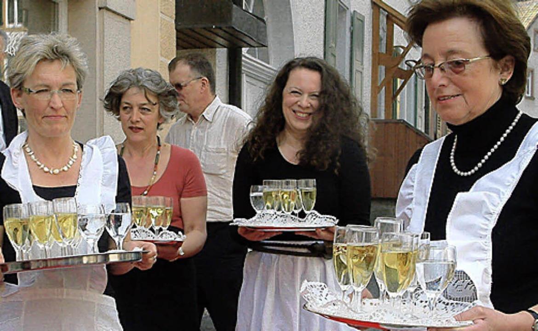 In weißen Schürzen empfingen Heidi Knoblich und ihre Mitstreiterinnen die Gäste.    Foto: Roswitha Frey