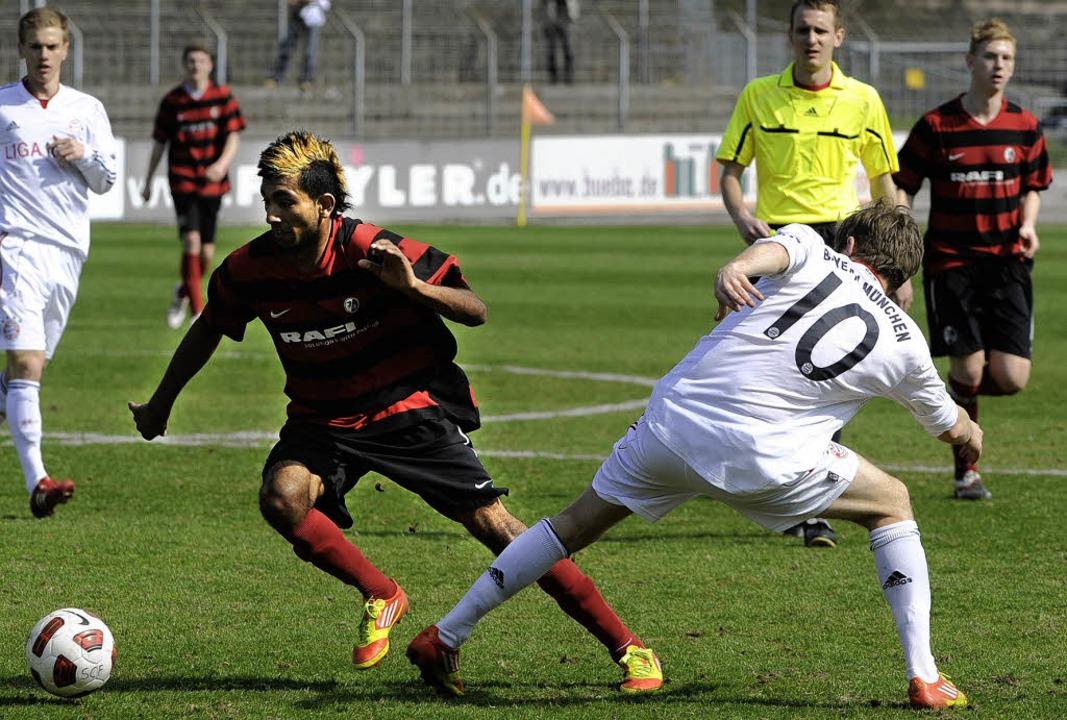 Der Freiburger  Mohamed Gouaida im Zwe...t  Bayern-Spieler Patrick Weihrauch.    | Foto: ACHIM Keller
