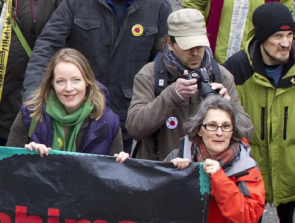 An der Basis: die grüne Landeschefin Thekla Walker (links) in Aktion  | Foto: dapd