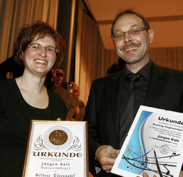 Daniela Zehnle ernannte Jürgen Kalt zum Ehrenmusiker.  | Foto: Sandra Decoux-Kone