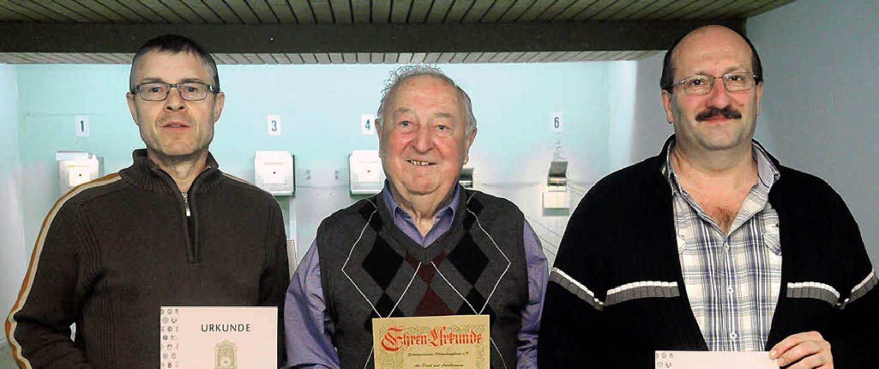 Treue Schützen (von links): Klaus und ...Herrmann, Vorsitzender Karl-Heinz Huck  | Foto: Wolfgang Künstle