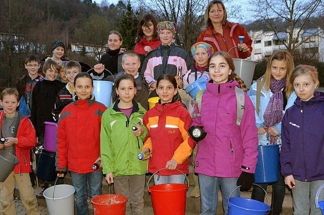 Kinder helfen Fröschen