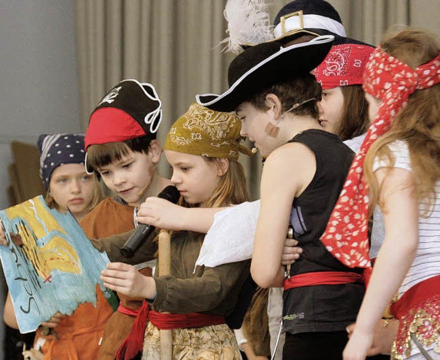 Die wilden Piraten  studieren die Schatzkarte.    Foto: Uwe Wacker