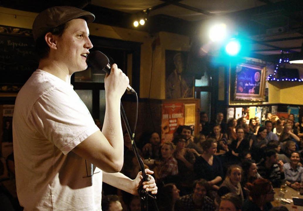 Sebastian 23 beim Poetry Slam im Café Atlantik  | Foto: Max Schuler