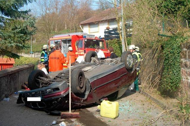 Auto stürzt Abhang hinunter