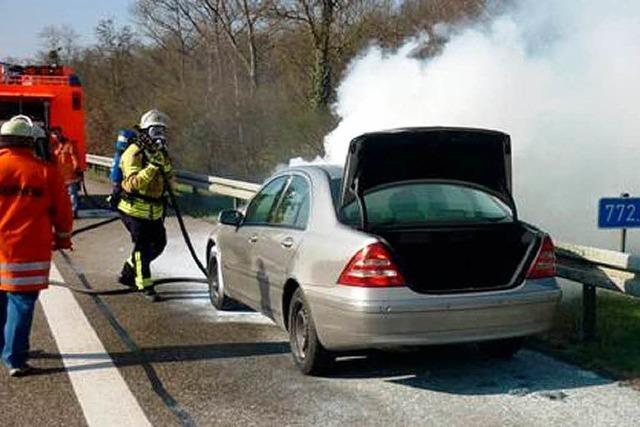 Auto brennt auf der A 5 bei Hartheim aus