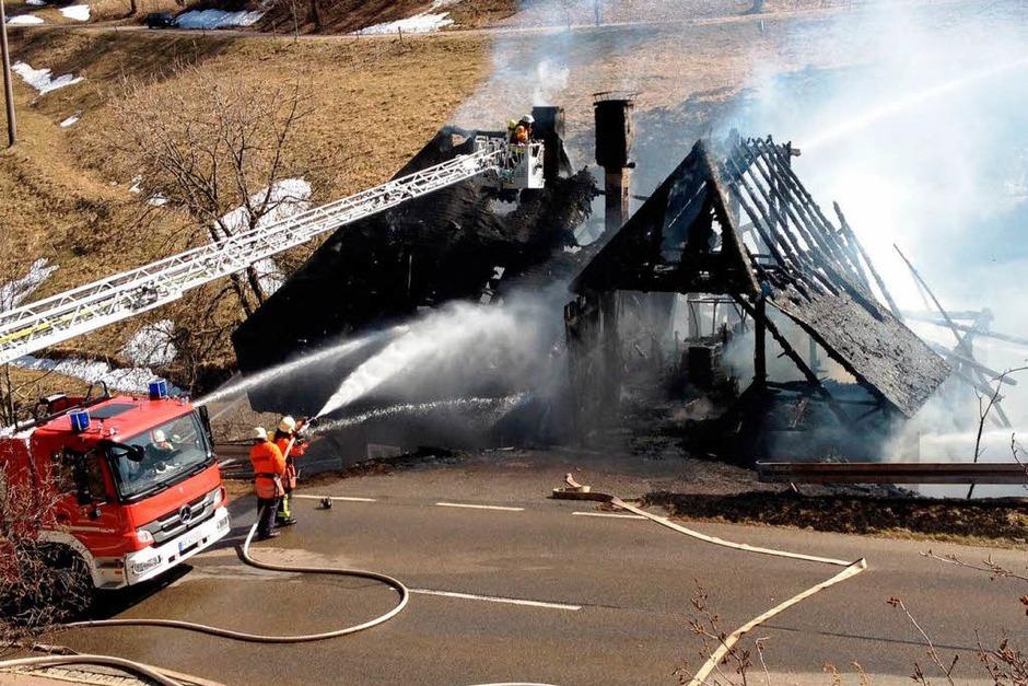 Großbrand auf dem Schauinsland: Die Feuerwehren konnten den alten Bauernhof in Hofsgrund nicht retten. (Foto: Dominic Rock)