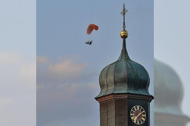 Fluggeräte umkreisen den Kirchturm
