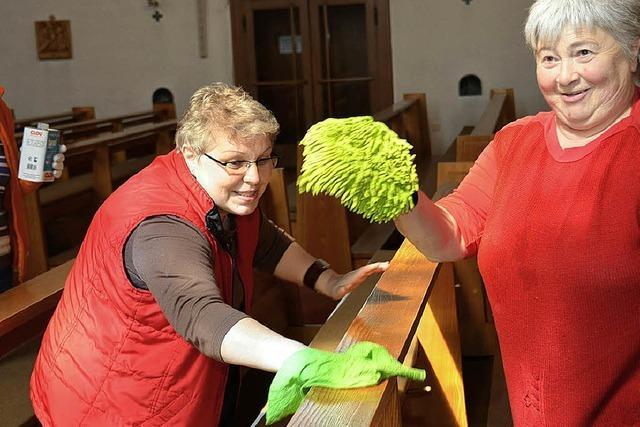 Mit dem Mopp in der Kirche