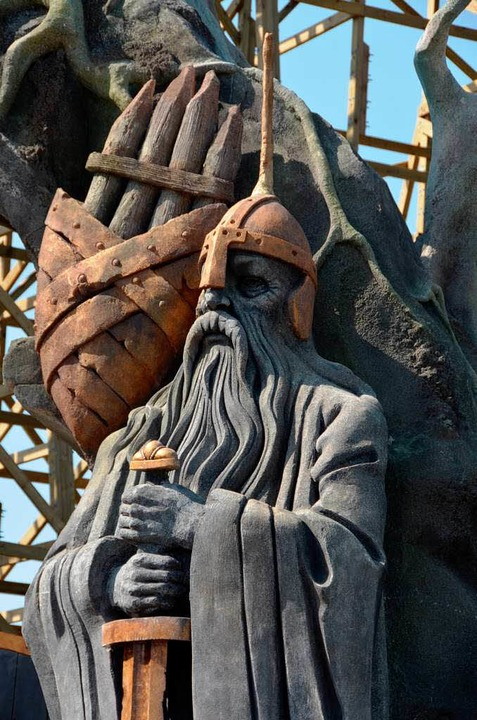 Liebe zum Detail: Ein Wikingerkrieger wacht über Asgard.  | Foto: Christian Kramberg