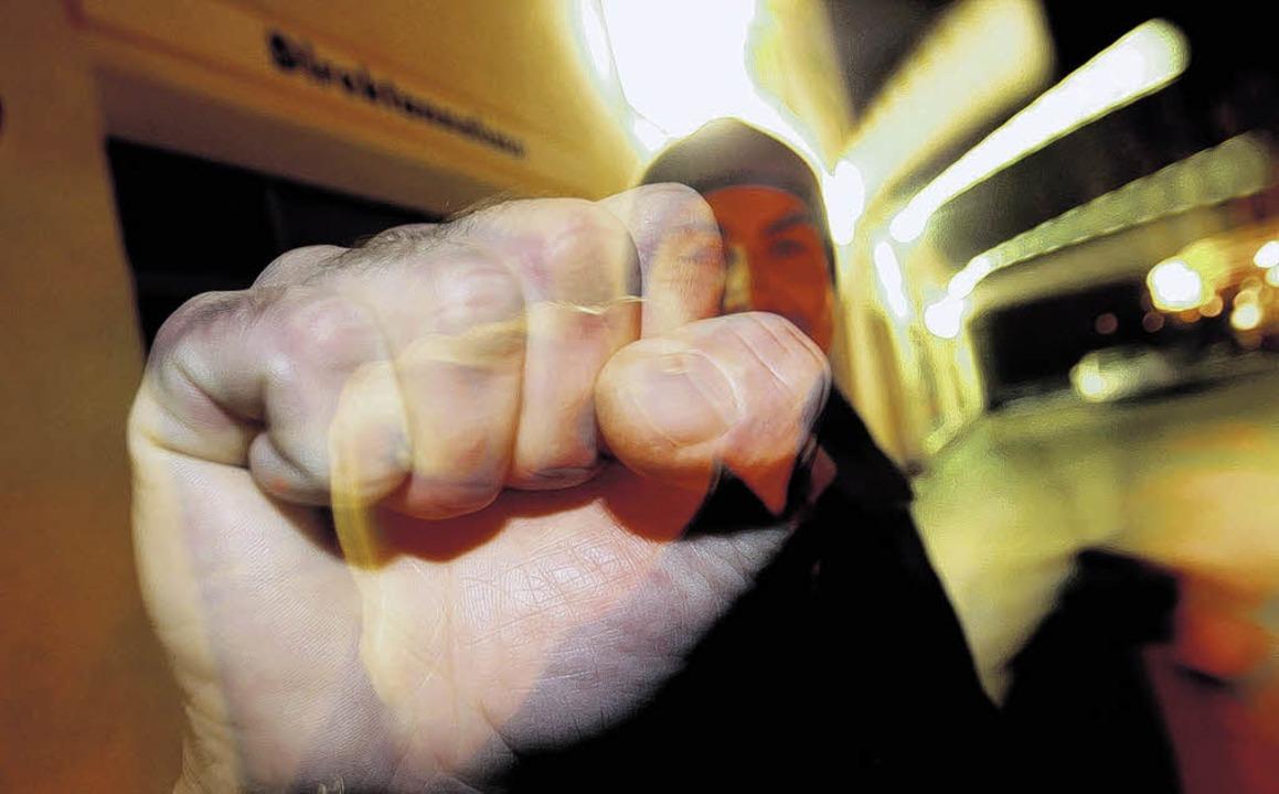 Nicht selten fliegen die Fäuste unter Einfluss von Alkohol.  | Foto: dpa