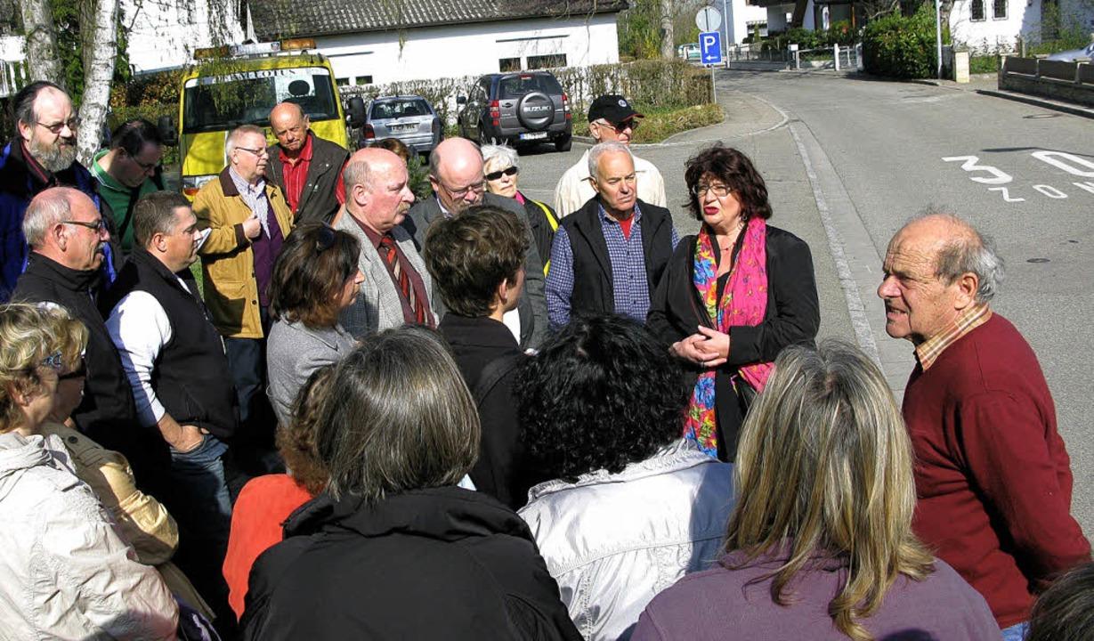 Rund 50 Bürgerinnen und Bürger hatten ...Zienkener Ortsdurchfahrt eingefunden.     Foto: Dorothee Philipp
