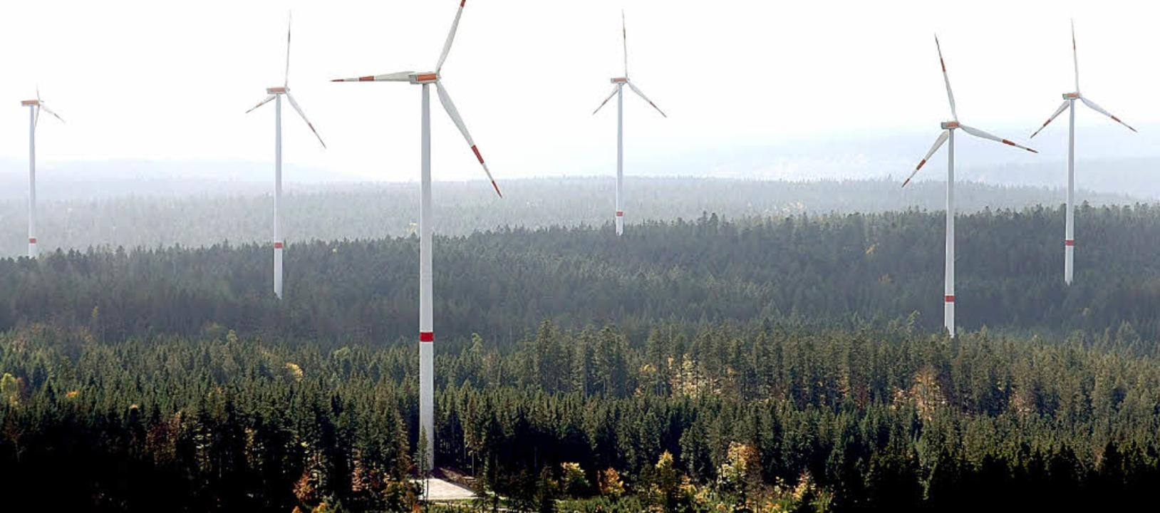 Ein Windpark mit bis zu 10 Windrädern ... Windpark Simmersfeld im Schwarzwald.     Foto: DPA
