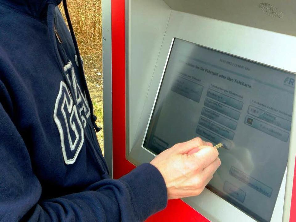 Oft wird der Berührungsbildschirm am F...it einem spitzen Gegenstand zerkratzt.  | Foto: Bundespolizei