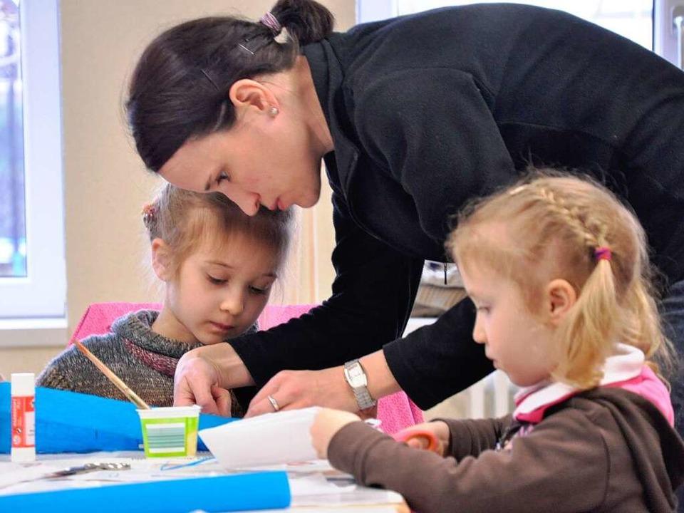 Volle Konzentration: eine Mutter in Go...Schneiden und Falten der Papierbänder.  | Foto: Ann Christin Werner
