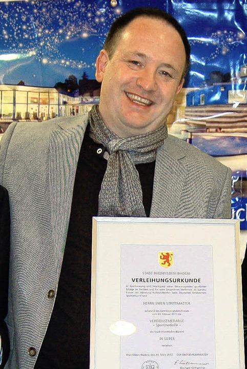 Swen Strittmatter erhielt die Sportmedaille der Stadt in Silber überreicht.  | Foto: Petra Wunderle