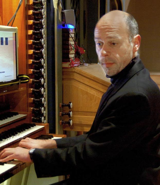 Kirchenmusikdirektor Volker Linz aus E...n an der Orgel im Neustädter Münster.   | Foto: Bernhard Kleine/Veranstalter