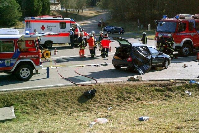 B 31: Fahrerin stirbt bei Zusammenprall