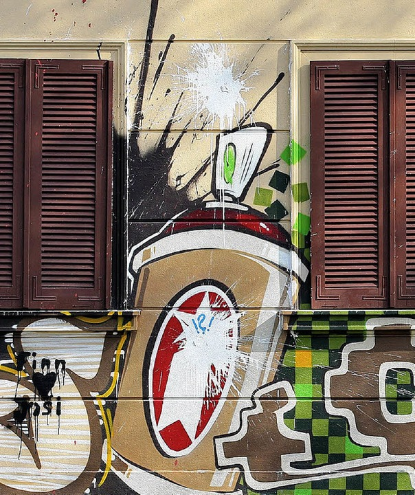 Protestgraffiti  an einem sanierten Haus  | Foto: dpa