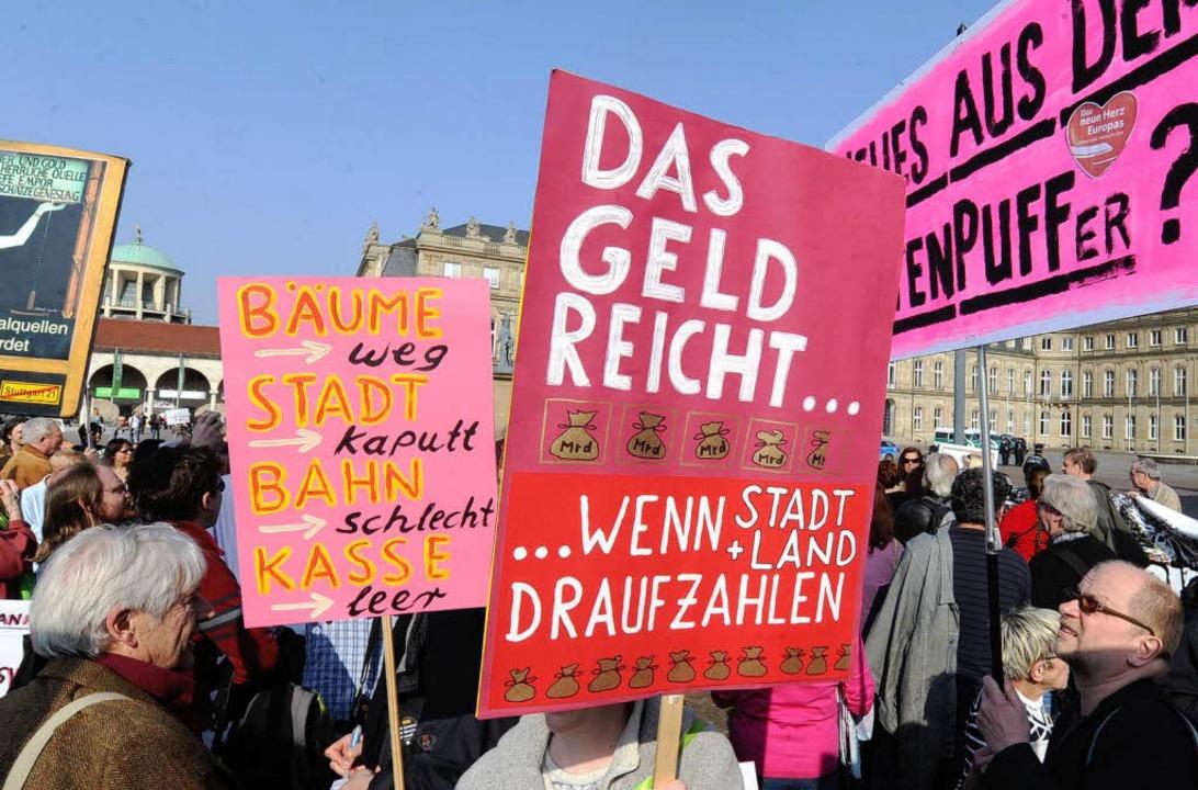 Gegner des Bahnprojekts Stuttgart 21 d...12 vor dem Neuen Schloss in Stuttgart.    Foto: dpa