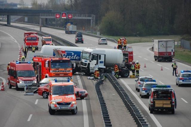 Autobahn 5: Gefahrguttransporter durchbricht die Mittelleitplanke