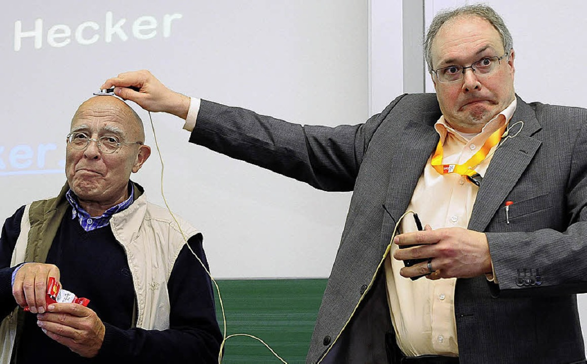 So ein Krach! Joachim Hecker (rechts) ... seiner Testperson überträgt, hörbar.   | Foto: Thomas Kunz