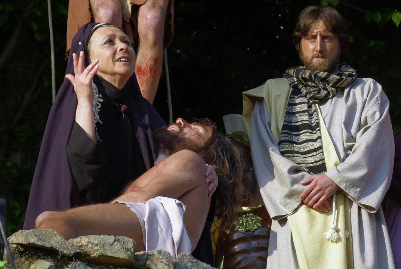 Dramatische Szene im   Parco della Rim...Maria mit dem toten Jesus und Johannes
