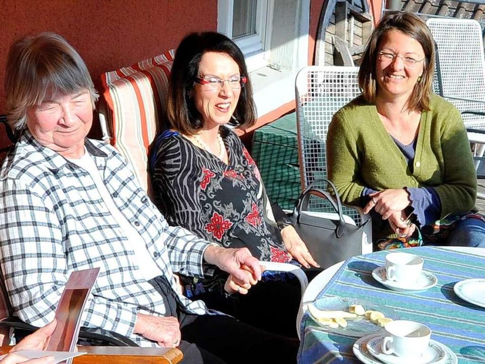 Wohlfühlen in der Wohngemeinschaft: Be...er Ulrike Bruhn (2. und 3. von links).  | Foto: Michael Bamberger