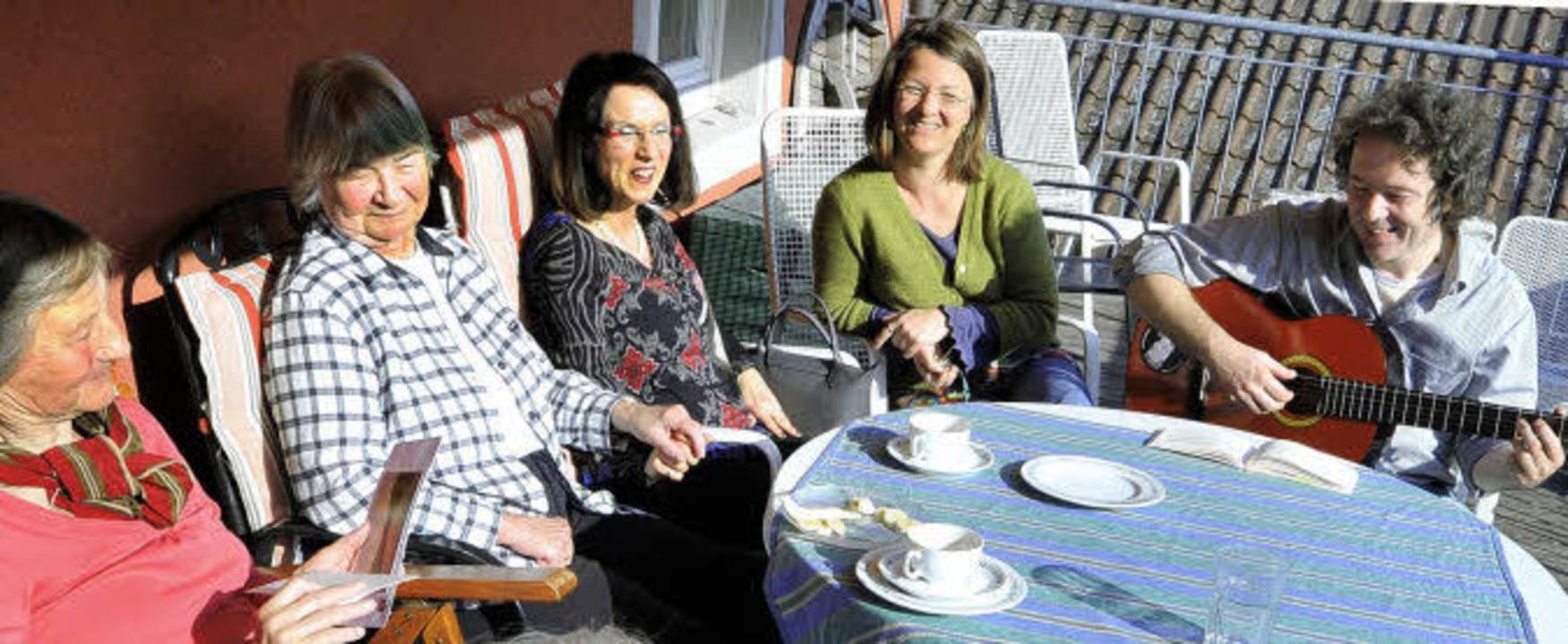 Wohlfühlen in der Wohngemeinschaft: Be...r Ulrike Bruhn (2. und 3. von links).   | Foto: bamberger