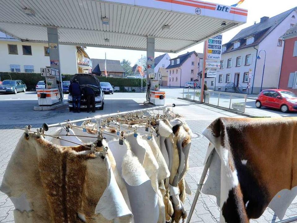 Die Tankstelle Blattmann in Ebnet wart...ewöhnlichen Warensortiment auf: Felle.    Foto: Michael Bamberger