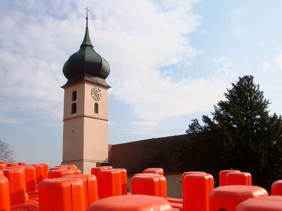 Kontrastreich: Der Turm der St.-Hilari...he hinter Baustellen-Absperrschildern.  | Foto: Julia Littmann