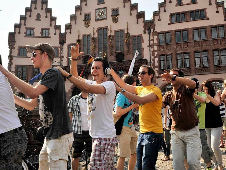 """Rund 30 Menschen versammeln sich in Ka...nstration"""" gegen das Tanzverbot.    Foto: dpa"""