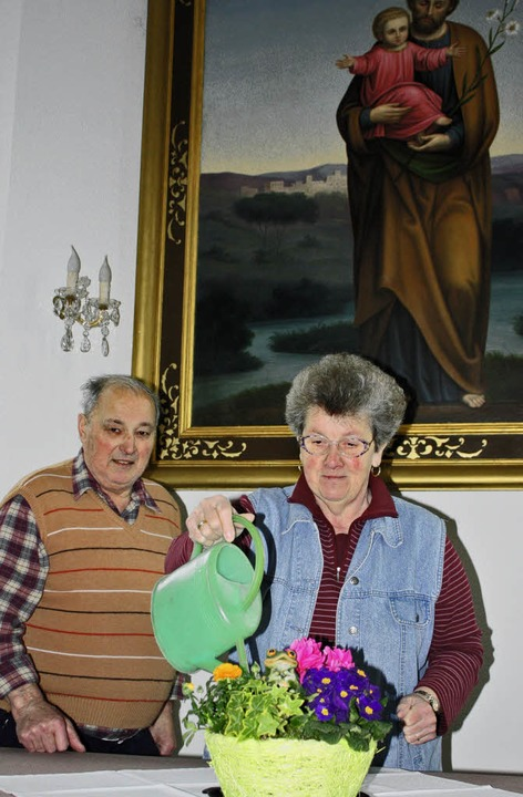 Im Dienst des Heiligen Josefs: Gertrud...r jeden Tag – zum Blumengießen.   | Foto: Barbara Schmidt