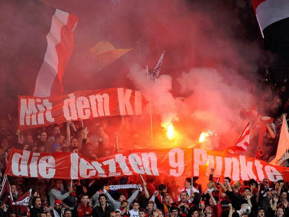 Bengalos im Freiburger Fanblock – nicht zum ersten Mal.  | Foto: dapd