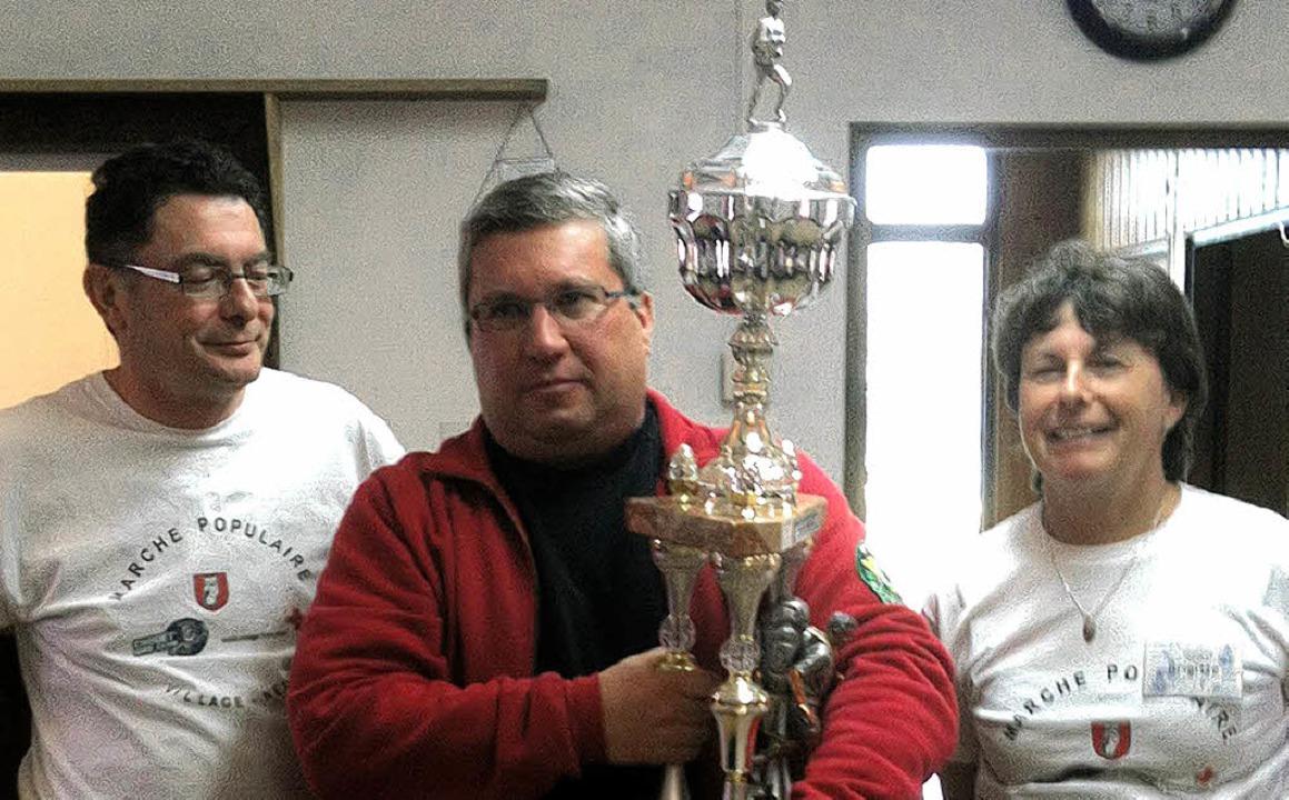 Beim Wanderclub freut man sich über  den Pokal aus Village-Neuf.  | Foto: BZ