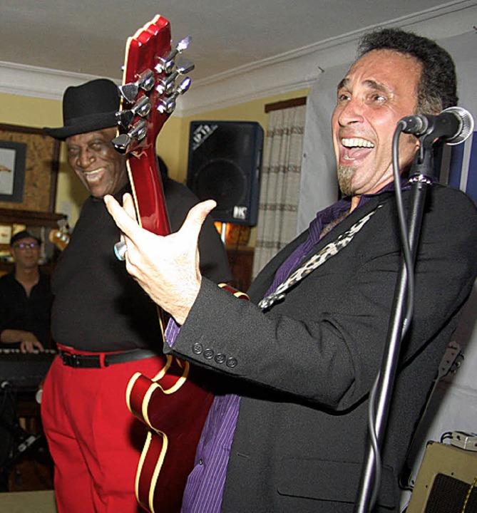 Spaß hatten nicht nur die Besucher, so... Scona (Guitar) und Big Pete Pearson.   | Foto: H. Fabry
